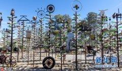 """美艺术家用废弃物打造""""玻璃瓶森林"""""""